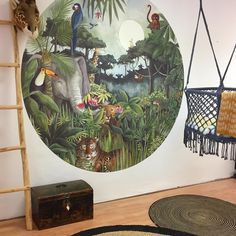 Our Rainforest wallpaper circle is a feast for the eye and kids love to count all the hidden animals! Champion of hide and seek is the chameleon. Special shoutout to @jutenjuul for allowing us her fantastic shop space for the shoot 🦁😘🤩 #rainforest #circularwallpaper #hartendief #hartendieftips #tiger #lion #toucan #elephant #nurserydecor #kidsroom #kinderzimmer #wallpaper