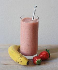 Smotthie fraise-banane via le blog Mango & Salt || Ingrédients : 2 grandes bananes 2 grosses poignées de fraises Un petit verre d'eau bien froide