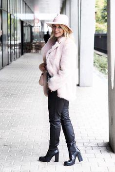 Jen růžová to může být..... Jak nejraději nosíte růžovou barvu v outfitu? Jak jedna barva může zjemnit váš celý outfit? #skolastylu #outfit #motivace #styling #jakseoblekat #jaknosit Joan Collins, Daniel Wellington, Fur Coat, Gucci, Jackets, Fashion, Down Jackets, Moda, Fashion Styles