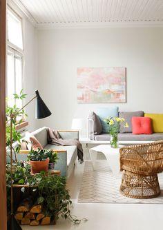Olohuoneen seinällä on Annan ystävän Saija Starrin maalaus. Valkoinen sohva on Annan ja Yuki Aben tekemä prototyyppi Pariisinnäyttelyyn vuonna 2011.