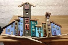 Drivtømmerhuse på en pind Wood Block Crafts, Wooden Crafts, Driftwood Projects, Driftwood Art, Drift Wood, Sea Theme, Christmas Villages, Wood Creations, Beach Crafts