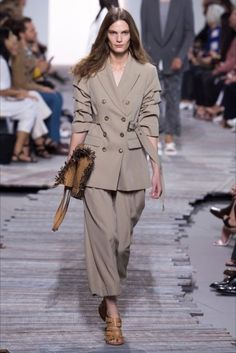 Michael Kors Collection Spring 2018 Ready-to-Wear Fashion Show Collection: See the complete Michael Kors Collection Spring 2018 Ready-to-Wear collection. Look 35 Womens Fashion Casual Summer, Womens Fashion For Work, Spring Summer Fashion, Trendy Fashion, Fashion Trends, Fashion Over 40, Fashion 2018, Runway Fashion, Michael Kors Collection