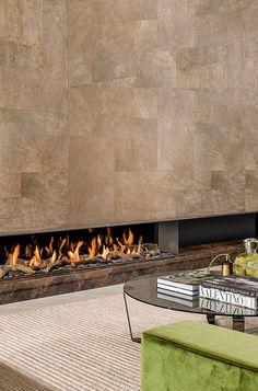 Dieser moderne Gaskamin bringt sogar Valentino ins Staunen: Mit einer großzügigen Kaminwand mit extravaganter Vertäfelung und elegantem marmor ist dieses Feuerstelle mehr, als nur Atmosphäre auf Knopfdruck: Sie ist ein Lebensstil.