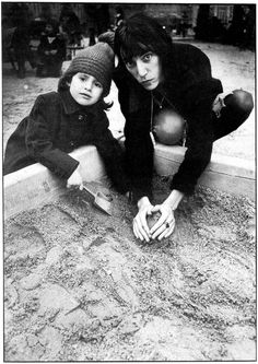 Patti Smith & kid in the sandbox Patti Smith, Antony Hegarty, Just Kids, Hey Joe, Tv Icon, Marianne Faithfull, Robert Mapplethorpe, Serge Gainsbourg, Idole