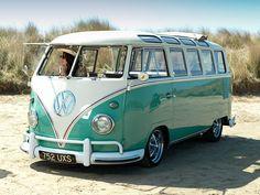 CHOC : Volkswagen arrête la production du Combi, le van le plus mythique ! Volkswagen Transporter, Volkswagen Bus, Vw Camper, Volkswagen Vintage, Vw Caravan, Kombi Motorhome, Vw Vintage, Vw T1, Mini Vans