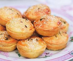 Mini chicken and leek pies Mini Pie Recipes, Pastry Recipes, Chicken Recipes, Cooking Recipes, Vegan Recipes, Savory Pastry, Savoury Pies, Savoury Recipes, Chicken And Leek Pie