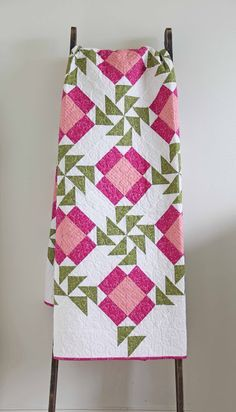 New patchwork quilt pink flying geese ideas Pink Quilts, Girls Quilts, Flying Geese Quilt, Pinwheel Quilt, Flower Quilts, Green Quilt, Barn Quilts, Quilting Designs, Quilting Ideas