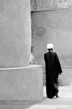 Egyptian man #travel #Egypt #street-photography #photography #black-and-white #column #temple #Luxor #mermozine #mermozine-Photography
