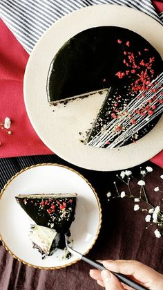 Recipe with video instructions: With an Oreo crust and layers of creamy mousse, this pretty cake is dessert at its tastiest. Ingredients: Matcha Ganache:, 10 grams matcha powder, sifted, 120...