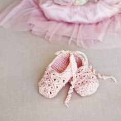 Here are the most adorable crochet baby booties you can find. Baby booties only need a little yarn to whip up and the best part these are all FREE crochet baby bootie patterns. Crochet Baby Shoes, Crochet Baby Booties, Crochet Slippers, Cute Crochet, Crochet For Kids, Crochet Fabric, Baby Booties Free Pattern, Baby Shoes Pattern, Baby Shoes