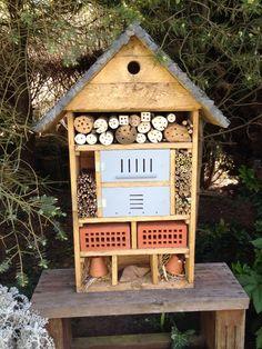 Hôtel à insectes fabriqué en bois de palettes. Toiture en ardoise, nichoir à oiseau, coccinelles, papillons, abeilles solitaires, bourdons, perce-oreille, ...