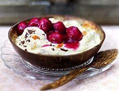 Kokosmakronen-Creme mit heißen Kirschen Rezept: Kirschen,Vanillezucker,Speisestärke,Schokolade,Zartbitterschokolade,Mascarpone,Vollmilchjoghurt,Zucker