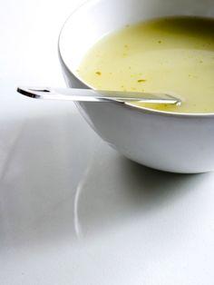 3 panais, 2 blancs de poireaux, 1 oignon, 1⁄2 bouquet de persil, 1 cuillère à soupe d'huile d'olive, 1 cube de bouillon de légumes, sel, poivre.