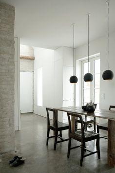 Industriële eetkamer met betonnen vloer #conrete #diningroom