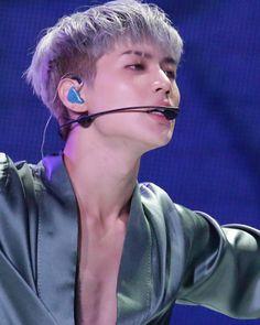 CAN WE PLEASE TALK ABOUT HIS EYEBROW? ISN'T THAT A THING THAT EMO GUYS DO? I just love it it makes him look like a bad boy hehe but the you see his cute and bright smile . . @shinee (#leetaemin #shinee #taemin #taemints #taemint #taeminnie #jonghyun #kimjonghyun #jongtae #Onew #Jinki #leejinki #ontae #Minho #choiminho #2min #key #Kibum #KimKibum #taekey #태민 #샤이니 #종현 #키 #민호 #온유 #テミン)