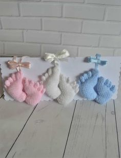The Baby Feet knitting pattern is an easy and cute little pattern. Made in one piece it can be a pram charm or made as a memento of a new arrival. Baby Knitting Patterns, Baby Patterns, Free Knitting, Crochet Patterns, Knitting Designs, Hummel Baby, Pram Charms, Baby Footprints, Knitted Animals