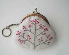 Rainbow Rain Embroidery Purse (Metal Frame) によく似た商品を Etsy で探す