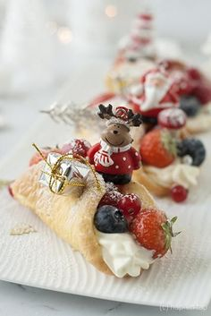 Spongecakes with whipped cream and red fruit for Christmas Christmas Food Treats, Christmas Desserts, Dutch Recipes, Sweet Recipes, Ny Food, Around The World Food, Dessert Blog, Food Buffet, Xmas Dinner
