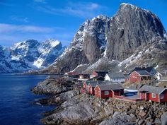 LOFOTY jsou považovány za jednu z nejkrásnějších krajin v Evropě. Je zde drsná příroda, hory, otevřené moře i romantické zátoky,rybářské vesničky.