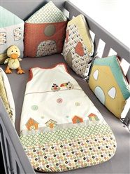 Tour de lit modulable Péli-patch bébé ANIS - what a cute idea of using houses around the crib as a bumper Quilt Baby, Baby Decor, Kids Decor, Sewing For Kids, Baby Sewing, Cot Bumper, Patchwork Baby, Baby Pillows, Baby Bedroom