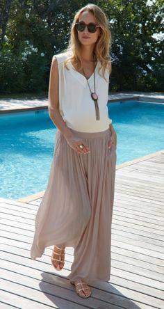 Avoir une jupe longue ou un jupon fluide d'une couleur pastel. L'assortir avec un sautoir pour donner le style l'été