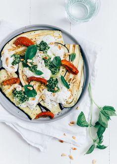 Lekker vega recept voor aubergine carpaccio met burrata, zongedroogde tomaat en pesto. Perfect als voorgerecht en makkelijk om te maken.