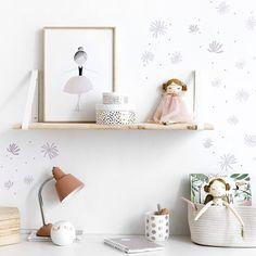 Sweet vinilo / Sweet, sweet walls.  Sweet es un vinilo de flores rosas y detalles dorados, ideal para decorar y completar las paredes de las habitaciones infantiles y juveniles y conseguir un aire romántico en tus estancias. ¡No podrás resistirte! Floating Shelves, My House, Baby Kids, House Styles, Room, Home Decor, Products, Small Furniture, Wooden Bookcase