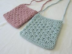 How to crochet a pretty shell stitch purse. This tutorial will show you how to crochet a pretty shell stitch purse bag. This purse is a suitable project for beginners. For my purse I used a crochet hook and Drops Paris yarn (worsted weight).How To Cr Free Crochet Bag, Crochet Pouch, Crochet Market Bag, Crochet Shell Stitch, Crochet Purses, Diy Crochet, Crochet Ideas, Crochet Hooks, Crochet Bag Tutorials