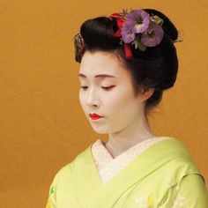 The maiko Mameroku with a wonderful morning glory kanzashi!!! (Taken by Valentina Fumo and click here for the individual source)