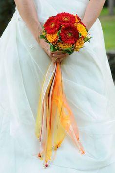 Ausgefallener Brautstrauß mit Gerberas und langen Dekobändern.