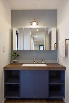 落ち着きのある空間にネイビーがスパイスの家|愛知 名古屋の注文住宅クラシスホーム Bathroom Interior, Interior Design Living Room, Natural Interior, House Speaker, Minimal Home, Washroom, Hand Washing, Double Vanity, Home Decor