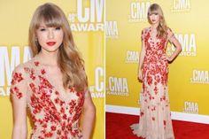 Und wer hat uns diese Woche mit seinem Star-Look beeindruckt? Tataaaa: Taylor Swift! Manchmal ist uns ihr Glitzer-Faible ja nicht ganz geheuer, aber in diesem bestickten Kleid überzeugt uns die Sängerin. Oder was meint Ihr?