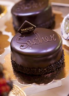 Tradition , Sacher Torte, the smaller size. Italy Honeymoon, Death By Chocolate, Coffee Is Life, Creative Cakes, Taste Buds, Fun Desserts, Favors, Goodies, Good Things