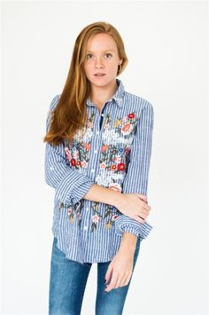 CAMISA RAYADA CON BORDADO DE FLORES AL FRENTE COLECCION FW18 SOR JUANA Bell Sleeves, Bell Sleeve Top, Tops, Women, Fashion, Embroidered Flowers, Fall Winter, Shirts, Needlepoint