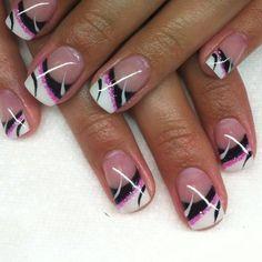 Nageldesign transparent Nägel mit schwarzen und weißen Flecken auf der Oberseite