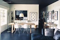 Interior en blanco (paredes) y negro (techo y suelos)