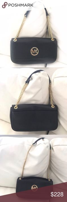 """MICHAEL KORS Fulton black gold purse shoulder bag The perfect leather bag for any occasion. Can be dressed up or down. Great for work or weekend and for any season! / 10"""" x 6"""" x 2"""" ; 8-13"""" strap drop Michael Kors Bags Shoulder Bags"""