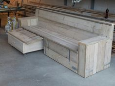 Loungebank.met hocker(s), welke op te bergen zijn onder de bank.  Volledige set gemaakt van gebruikt steigerhout.