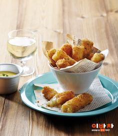따끈할 때 치즈를 죽 늘어뜨리며 먹어야 가장 맛있는 치즈스틱!하지만 튀기다가 옆구리라도 터져 치즈가 흘러나오면 당황스럽죠?라이스페이퍼로 돌돌 말아 만드니 터질 걱정도 없고쫀득함이 더해져 간편하면서 맛있게 즐길 수 있어요.재료(2인분)필수 재료덩어리모차렐라치즈(200g), 달걀(1개), 빵가루(2컵), 라이스페이퍼(12장), 밀가루(½컵)선택 재료파슬리가