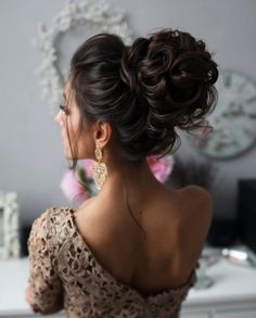 Oto kilka pomysłów na klasyczne i eleganckie uczesania ślubne dla kobiet…
