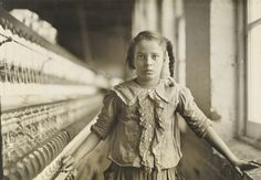 IlPost - Lewis W. Hine, lavoratrice in una fabbrica di cotone, North Carolina, 1908 11.7 x 16.7 cm, gelatina d'argento (The J. Paul Getty Museum, Los Angeles) - Lewis W. Hine, lavoratrice in una fabbrica di cotone, North Carolina, 1908 11.7 x 16.7 cm, gelatina d'argento (The J. Paul Getty Museum, Los Angeles)