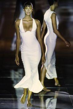 Versace Spring 1993 Ready-to-Wear Fashion Show : Versace Spring 1993 Ready-to-Wear Collection Photos - Vogue Couture Fashion, Runway Fashion, Fashion Models, Spring Fashion, Fashion Show, Versace Fashion, Fashion Women, Latex Fashion, Steampunk Fashion