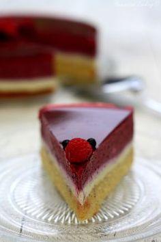 Bavarois à la vanille et fruits rouges sur biscuit madeleine. #recette #bavarois #vanille #fruitsrouges #myrtille #miroir #framboise #biscuit #madeleine #entremets