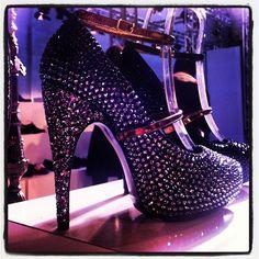 Cinderela perde para os escarpins da #lanvin inverno 2013 repletos de cristais. Coisas que só se pode ver o quão poderosas são de perto. Equipe Glamour conferindo tudo direto do showroom #pfw #glamournapfw #glamouremparis - @glamourbrasil- #webstagram