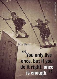 """""""Sólo se vive una vez, pero si lo haces bien, una vez puede ser suficiente"""". Mae West.  #Frases #Quotes"""