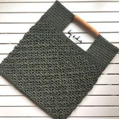 No photo description available. Crochet Clutch, Crochet Handbags, Crochet Bags, Knitted Bags, Knit Crochet, Bag Pattern Free, Net Bag, Batik, Fashion Bags