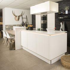 Prachtige hoogglans witte keuken met Novy afzuigkap en zitgedeelte aan eiland