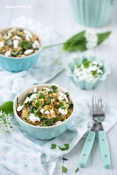 Foodstyling in Mint und Weiß: Bärlauchrisotto (aus Weizen) mit Ziegenkäse