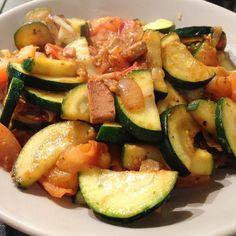 Gebratenes Gemüse mit Tofu  alles Sachen die schnellstens verwertet werden mussten... Solche Gerichte eignen sich dafür gut... #vegan #veggies #veganfood #vegandinner #dinner #abendessen #abnehmen #cleaneating #plantpower #plantbased #govegan #gemüse #glutenfree #veganfooddiary #veganfoodshare #veganfoodspot #tofu #lowcarb by kichererbse92