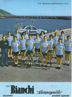 La escuadra italiana Bianchi-Campagnolo en 1975. Entre los ciclistas de atrás se puede ver a Martin Cochise Rodriguez, de patillas largas justo al lado de otro corredor rubio. TITANESENDOSRUEDAS 1975, Cycling, Baseball Cards, Sports, Hall Runner, Sideburns, Wheels, Blond, Biking